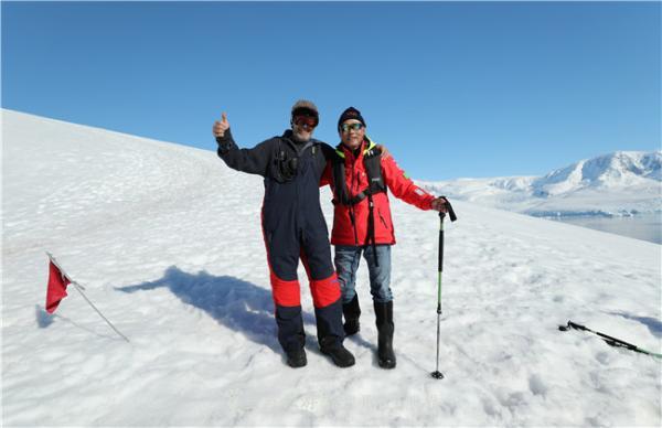 在南极与探险队长.jpg