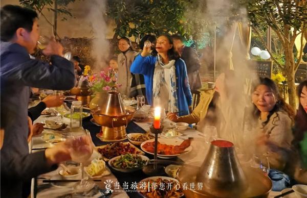 游客在桃源人家围着火锅聊天畅饮_副本.jpg