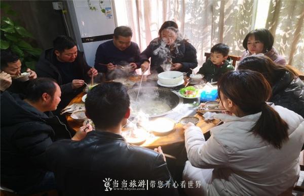 游客在心湖品尝特色土灶铁锅炖全鱼_副本.jpg