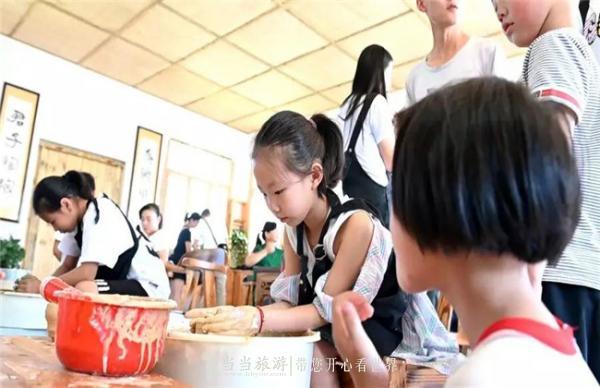 在陶艺师的指导下,小朋友体验陶艺坊制陶.jpg
