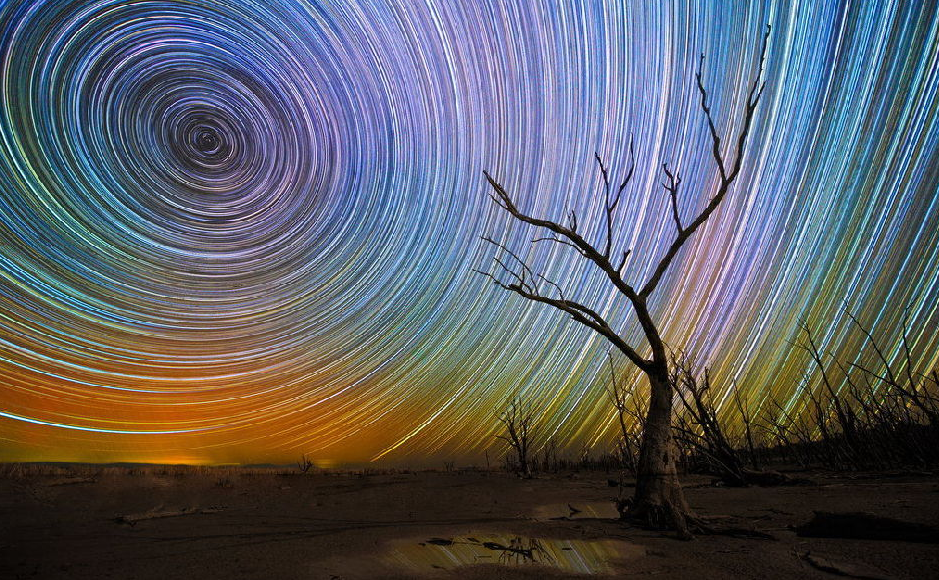摄影师拍摄夜空星轨图 绚丽如万花筒