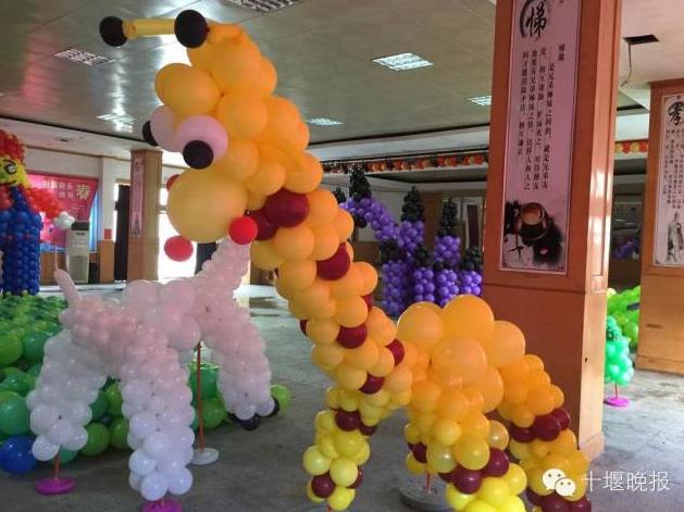 15万只气球,编织出了大树,大象,大章鱼,长颈鹿等形状各异的造型,令人