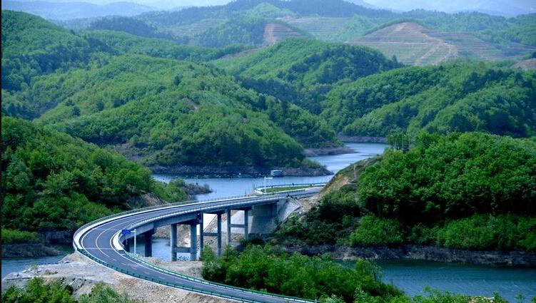 丹江口市环库生态公路按照生态,环保,旅游公路标准建设,并配套建设