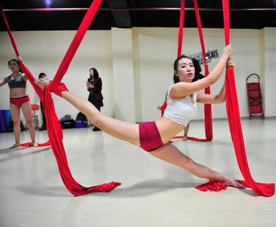 """绸缎上的""""空中芭蕾""""吸引昆明女性"""