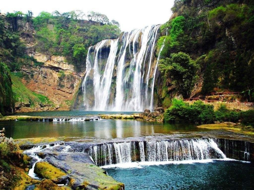 黄果树瀑布、荔波小七孔、西江千户苗寨、青岩古镇、花溪湿地双卧七日游