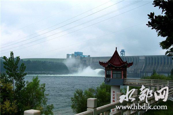 【资讯】场面壮观:丹江口大坝今年首次开闸泄洪
