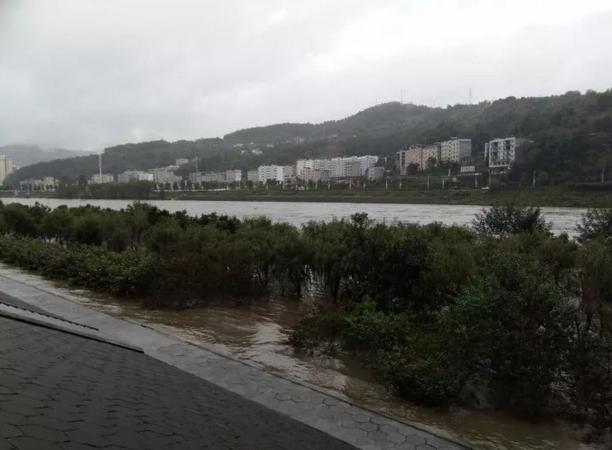 竹山潘口水电站加快泄洪 多处沿河景观被淹