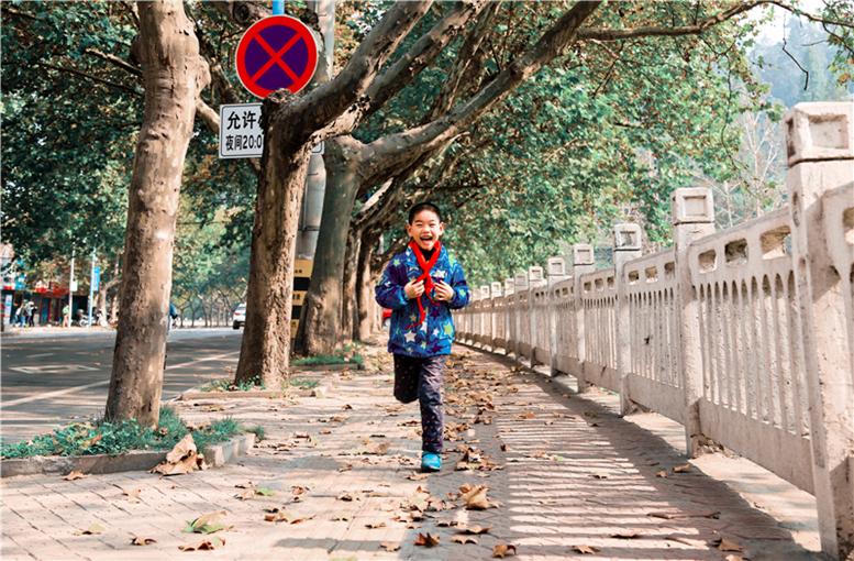 漫步在落叶的街道