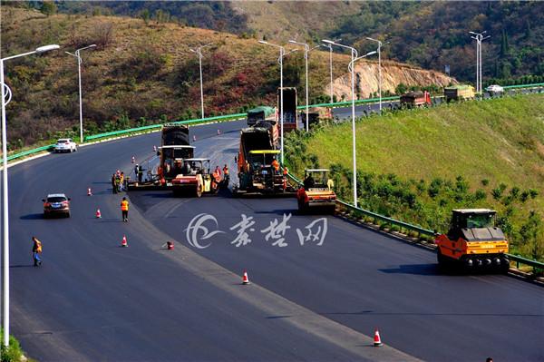 丹江口市东环一级公路完成面层铺筑