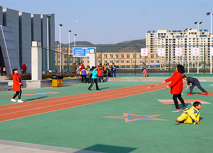竹溪全民健身中心健身休闲的人们