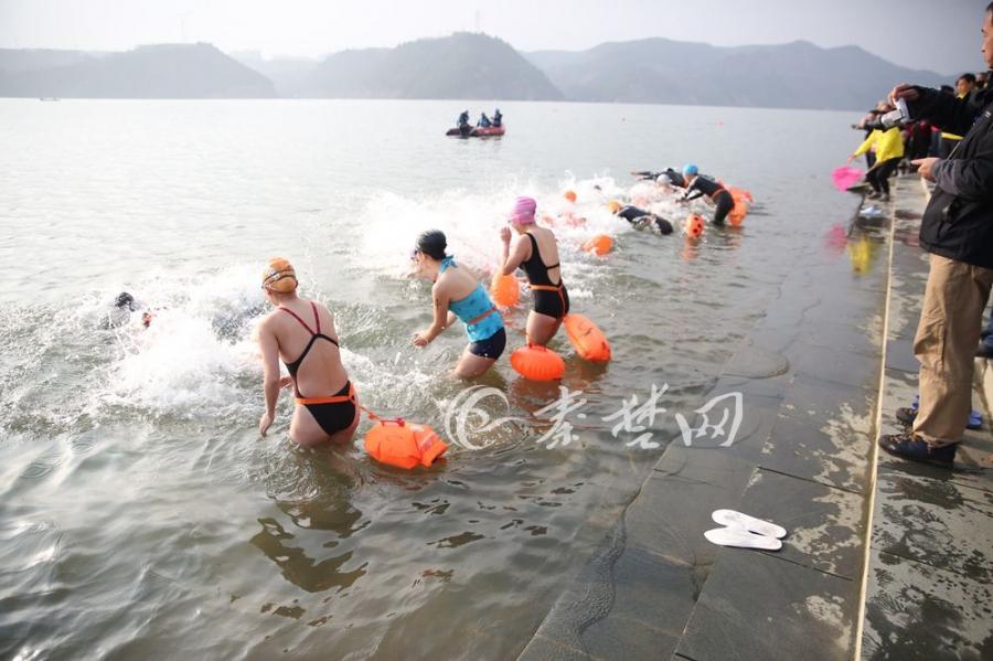 """【资讯】十堰400""""泳士""""踏浪汉江  激情迎新年"""