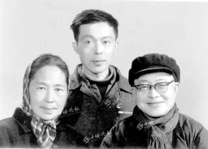 沈从文在丹江口度过70岁生日