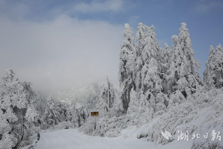 【资讯】雪后初晴  神农顶景区雪景惹游客惊叹