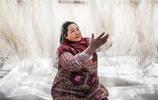 【资讯】十堰年味儿  竹山村民纯手工制作马铃薯粉丝