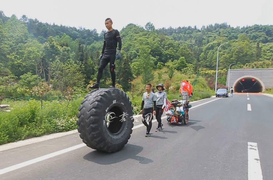 """【资讯】甘肃""""轮胎哥""""徒步手推400斤轮胎途经十堰"""