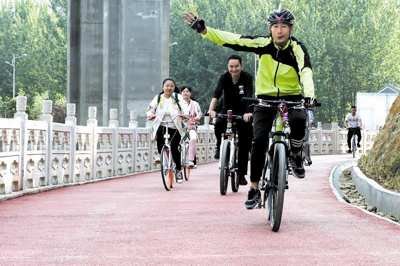 游客在天河边骑行