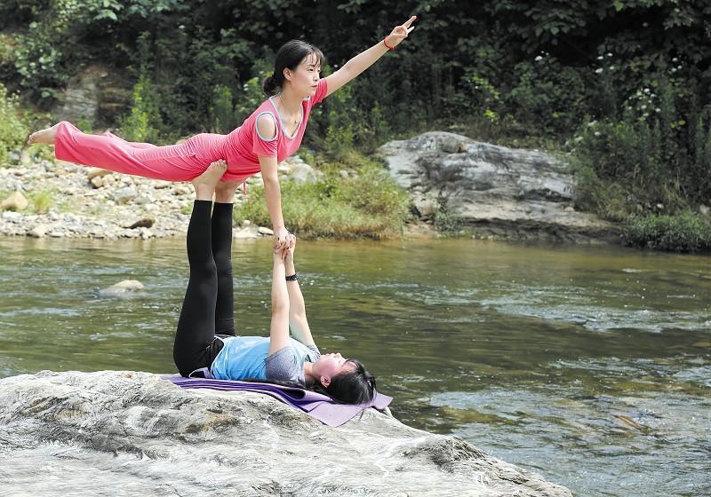 群众在天河边练瑜伽