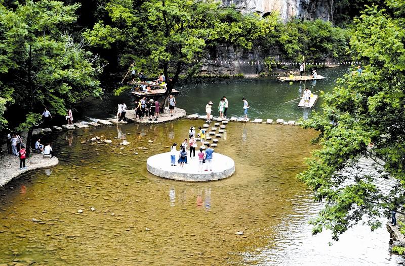 游客在五龙河景区游玩