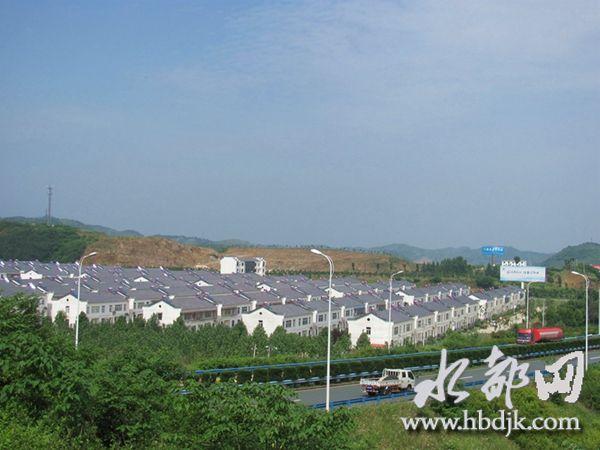 【资讯】白墙红瓦风光好  六里坪镇生态扶贫家园美如画