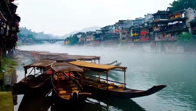 张家界森林公园、云天渡玻璃桥、芙蓉镇、凤凰古城5日游