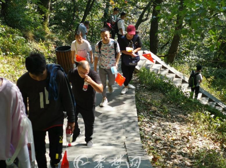 【假期动态】武当山景区节日氛围浓 游客手持国旗登金顶