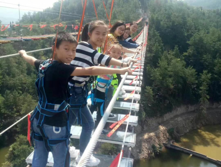 【假期动态】游客纷纷体验玄鼓山新项目步步惊心桥