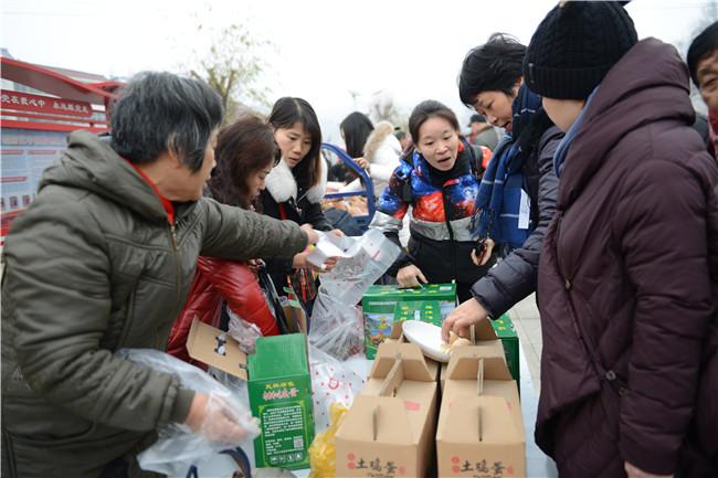 【资讯】上万市民吃玩游购  赏民俗