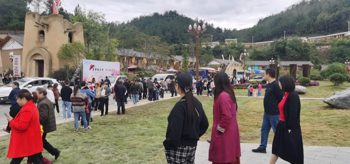 脱贫攻坚·文旅先行 竹溪文旅局多形式扶贫日活动吸引众多游客